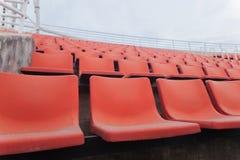 橄榄球场橙色位子  图库摄影