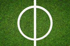 橄榄球场的中央部分,人为草皮橄榄球场 库存图片