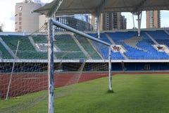 橄榄球场的足球目标有绿草的 免版税库存照片