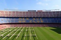 橄榄球场阵营与草地的Nou内部,在巴塞罗那生长照明设备和立场 免版税库存照片