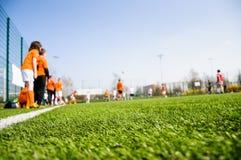 橄榄球孩子的足球训练 库存图片