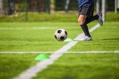橄榄球孩子的足球训练 库存照片