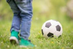 橄榄球小球员 库存照片