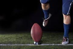 橄榄球开球 免版税库存照片