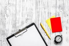 橄榄球担任仲裁 黄色和红色裁判员卡片,秒表,垫,在木背景顶视图copyspace大模型 库存照片