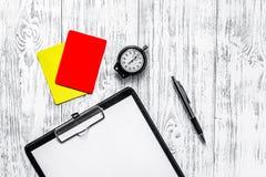 橄榄球担任仲裁 黄色和红色裁判员卡片,秒表,垫,在木背景顶视图copyspace大模型 免版税库存图片