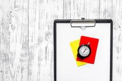 橄榄球担任仲裁 黄色和红色裁判员卡片,秒表,垫,在木背景顶视图copyspace 库存照片