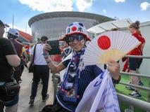 橄榄球日本爱好者与日本标志的在足球比赛前 库存照片