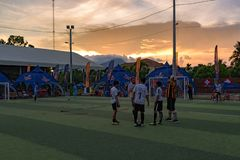 橄榄球比赛的结尾,站立在草地的球员 免版税库存照片