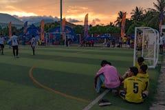 橄榄球比赛的结尾,选址在草地的球员 免版税图库摄影