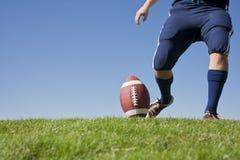橄榄球水平的开球 免版税图库摄影