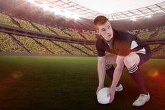 橄榄球球员的综合图象投掷与3d的橄榄球球的 免版税库存图片