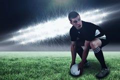 橄榄球球员的综合图象投掷橄榄球球和3d的 库存照片