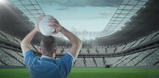 橄榄球球员的综合图象投掷橄榄球球的3D 免版税库存照片