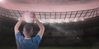 橄榄球球员的综合图象投掷橄榄球球的3D 免版税库存图片