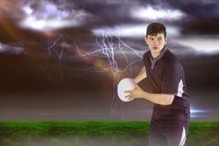 橄榄球球员的综合图象投掷橄榄球球的3D 库存图片