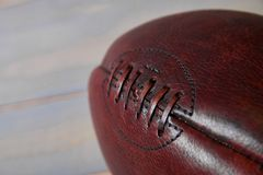 橄榄球球和老荣耀旗子 免版税库存图片