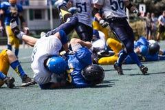 橄榄球的争斗 免版税库存照片