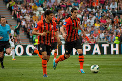 橄榄球的Mkhitaryan Henrikh和Taison前锋棍打Shakhtar 库存图片