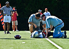 橄榄球被伤害的球员青年时期 库存照片
