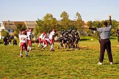 橄榄球赛并列争球 图库摄影