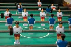 橄榄球赛表 与白和蓝色球员的表soccerl 库存图片