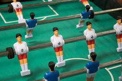 橄榄球赛表 与白和蓝色球员的表soccerl 免版税库存照片