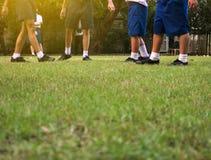 橄榄球足球场的孩子 免版税库存照片