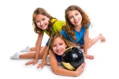 橄榄球足球女孩与球的队画象 免版税图库摄影