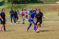 橄榄球足球女孩挑战戏剧行动 免版税库存图片