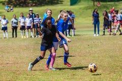 橄榄球足球女孩挑战戏剧  免版税图库摄影