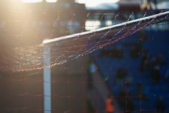 橄榄球足球有网的体育门在领域 免版税库存照片