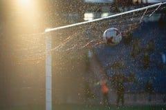 橄榄球足球有网的体育门在领域 库存图片