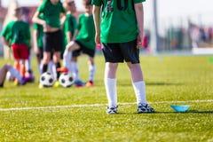 橄榄球足球比赛 训练和比赛孩子的 足球tr 免版税库存照片