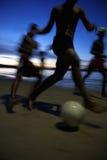 橄榄球足球运动员夜比赛赛跑迷离 库存照片