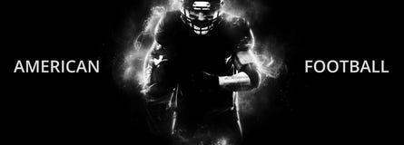 橄榄球跑在行动的黑背景的运动员球员 与copyspace的体育墙纸 图库摄影