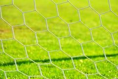 橄榄球门网 接近的吃食物女孩射击 免版税库存照片