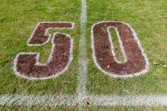 橄榄球领域五十个米标号 库存照片
