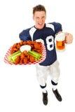 橄榄球:叫喊关于鸡翼和啤酒 库存图片