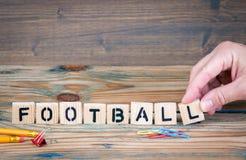 橄榄球 在办公桌上的木信件 体育娱乐和休闲背景 库存照片