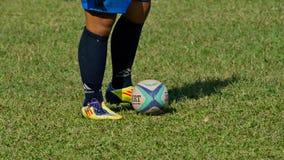 橄榄球 在球员脚和球的焦点 图库摄影