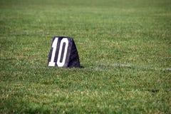 橄榄球10调车场界线标志 免版税图库摄影