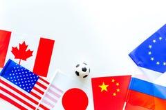 橄榄球championat 美国,加拿大,欧洲,日语,中国、俄国旗子和橄榄球球在白色背景 库存照片