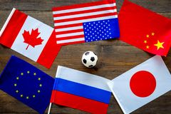 橄榄球championat 美国,加拿大,欧洲,日语,中国、俄国旗子和橄榄球球在黑暗木 库存照片