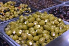 绿橄榄用在金属容器的乳酪 免版税图库摄影
