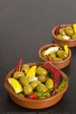 绿橄榄用柠檬和胡椒 库存图片