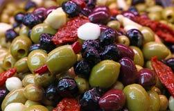 橄榄的沙拉混合在油关闭的 库存图片