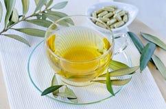 橄榄色的叶子清凉茶和橄榄叶子提取胶囊 饮食 免版税库存照片