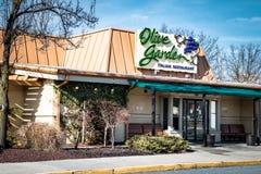 橄榄色的庭院意大利厨房餐馆外部入口  免版税图库摄影