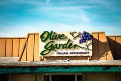 橄榄色的庭院意大利厨房餐馆的外部标志 免版税图库摄影